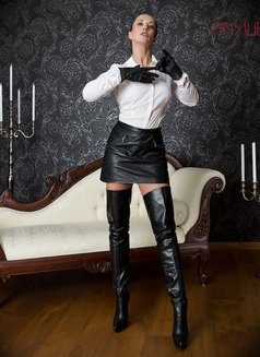 Amalie Von Stein - dominatrix in Florida Photo 2 of 12