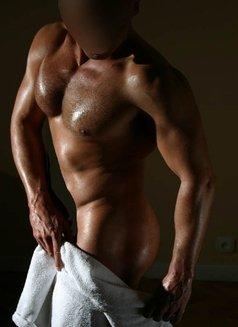 David - masseur in Madrid Photo 3 of 6