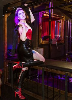 Dominatrix Queen Luna - dominatrix in London Photo 7 of 14