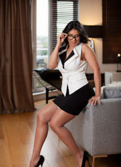 Mature Gina - escort in London Photo 2 of 8