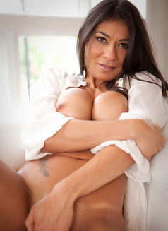 Mature Gina - escort in London Photo 4 of 8