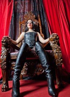 Lady Bellatrix - dominatrix in Paris Photo 1 of 5