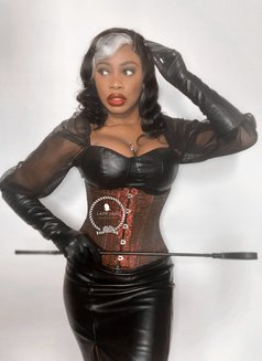 Lady - dominatrix in Paris Photo 1 of 3