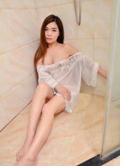 Lucy - escort in Abu Dhabi Photo 1 of 5