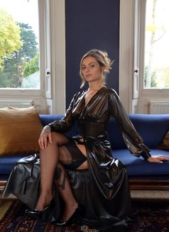 Maitresse Nikky French - dominatrix in Geneva Photo 1 of 5
