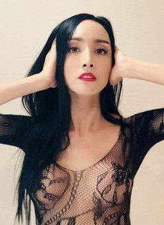 Reina - Transsexual escort in Tokyo Photo 4 of 16